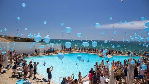 Ballonnen bij een zwembad