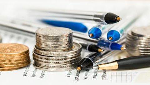 geld en pennen op papier