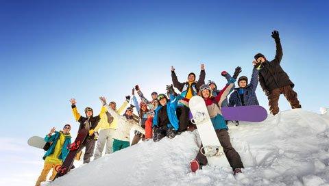 Groep mensen op wintersport